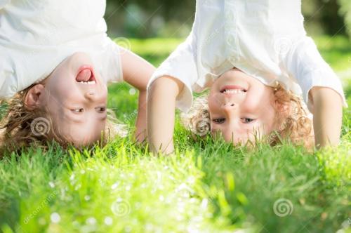 ребенок-стоя-вверх-ногами-29497465
